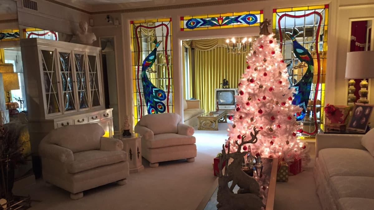 joulukoristein koristeltu huone