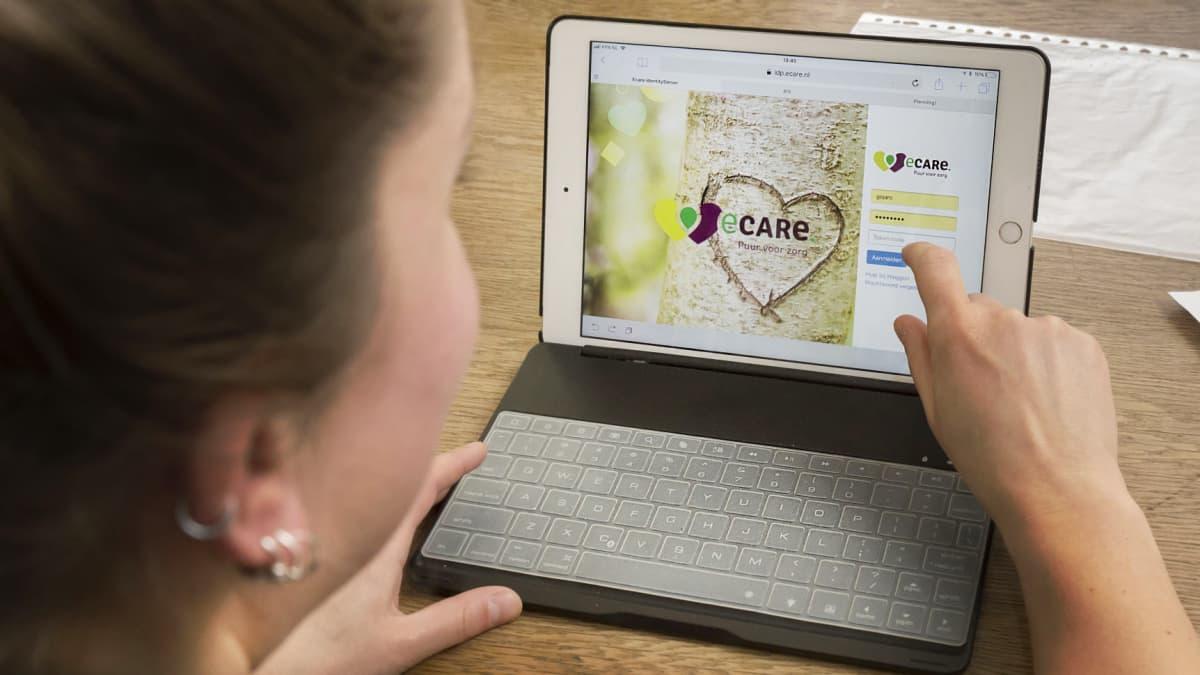 Buurtzorg-yhtiön työntekijöitä käyttämässä yhtiön ohjelmistoa.