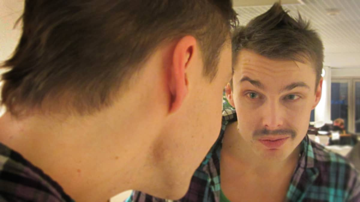 Riku Pasanen katsoo peiliin.