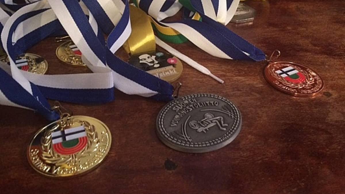 mitaleja pöydällä, Vera Räsänen, urheilu, sukupuolenkorjaus, voimanosto, painonnosto, yleisurheilu, kuulantyöntö