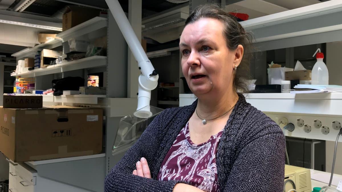 Dosentti Laura Kvist Oulun yliopiston ekologian ja genetiikan yksiköstä.