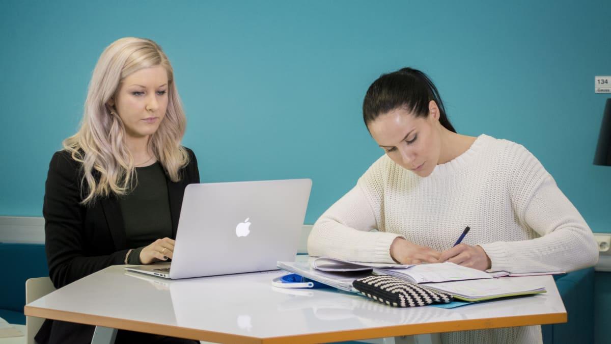 Kaksi opiskelijaa.