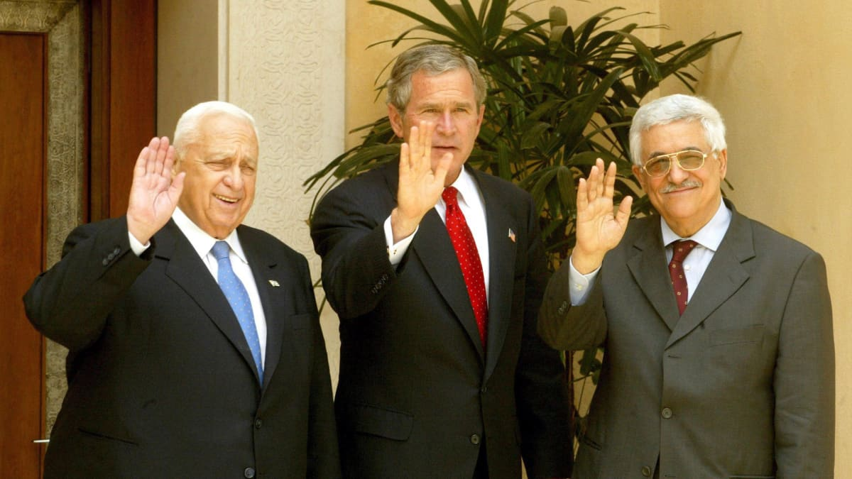 Ariel Sharon, George W. Bush ja Mahmoud Abbas.