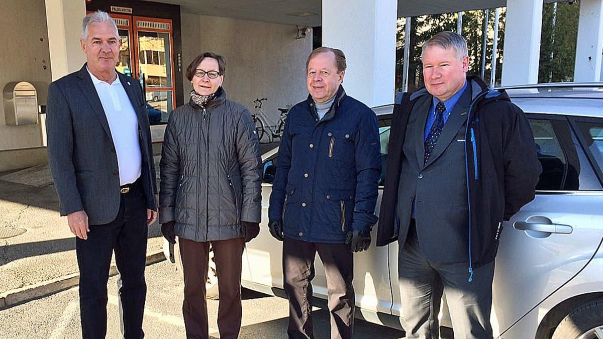 Neljä luottamushenkilöä odottaa kaupunginjohtaja Aki Viitasaarta Akaan kaupungintalon edessä