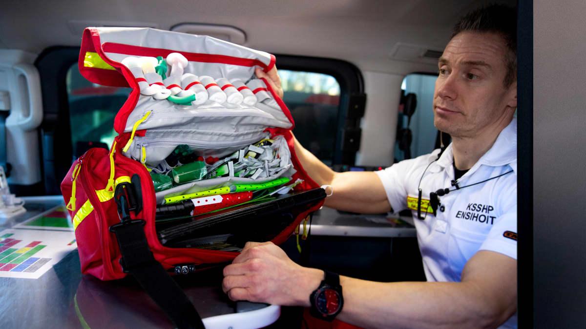 Keski-Suomen sairaanhoitopiirin kenttäjohtaja Kai Lahtinen esittelee monipotilastilanteissa käytettävän triage-laukun sisältöä.