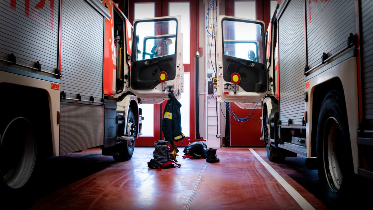Paloautot lähtövalmiudessa Kangasalan paloasemalla.