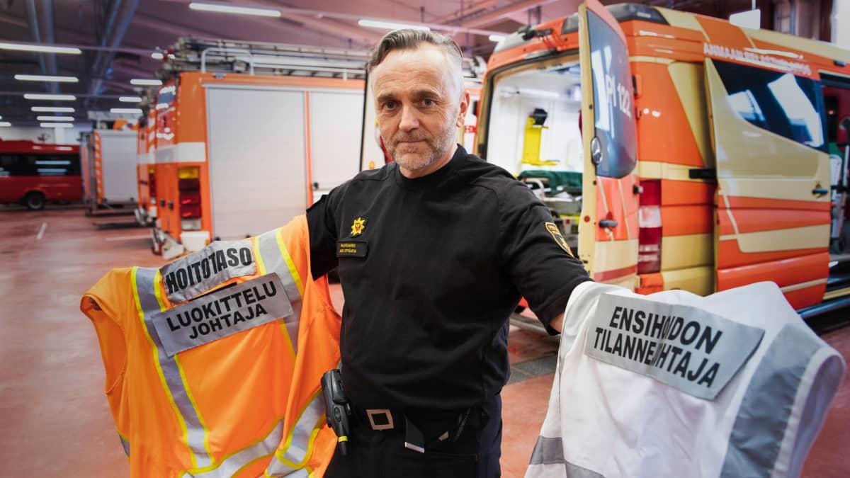Pirkanmaan pelastuslaitoksen paloesimies Jari Leppänen esittelee (suur)onnettomuuspaikalla käytettäviä huomioliivejä, joista jokainen paikalle tuleva yksikkö näkee, kuka johtaa mitäkin.