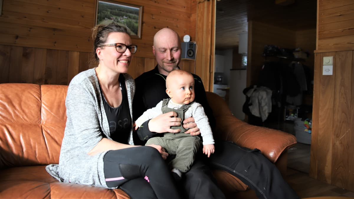 Virpi Lappi, Otso Vesalainen ja Juho Vesalainen istuvat sohvalla.