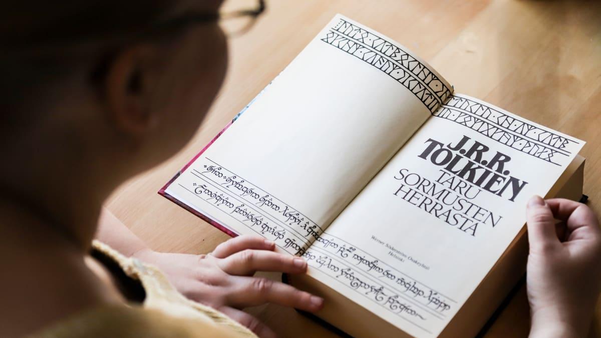 Taru Ringa Kortelainen lukee Taru Sormusten Herrasta -kirjaa.
