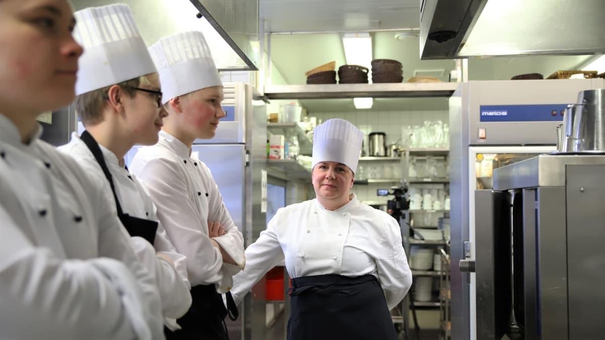 Kokkiopiskelijoita opetusravintola Paviljongissa Savonlinnassa