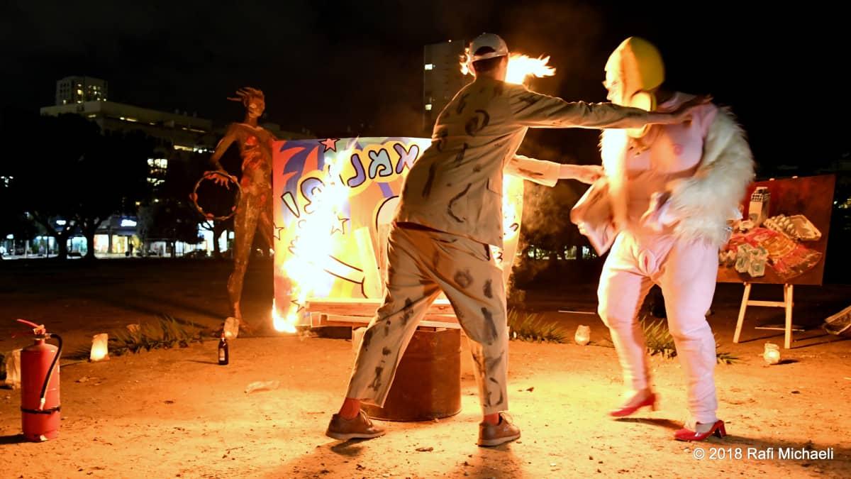 Taiteilijoiden mielenosoituksessa paloi tauluja, veistoksia, tekstejä  ja sävellyksiä kymmenien, ellei satojen tuhansien eurojen edestä