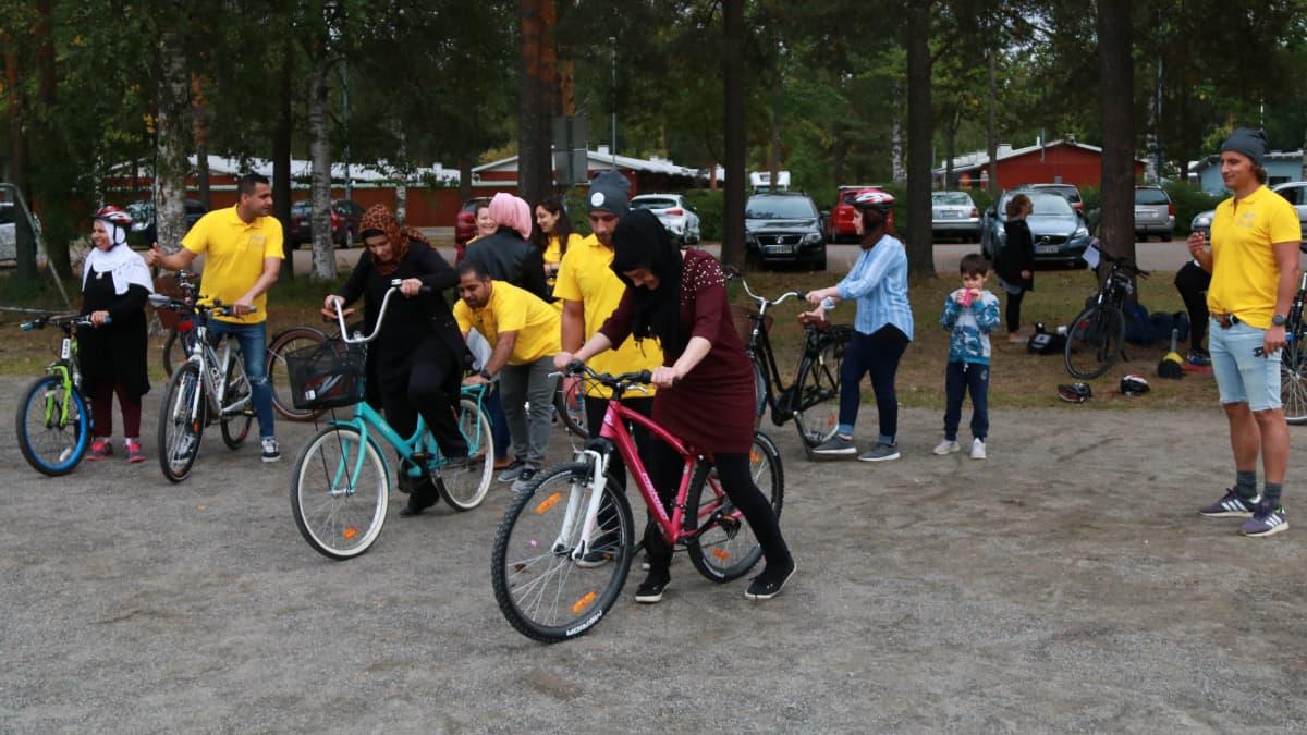 Pyöräliiton alkeiskurssi alkamassa Joensuun Rantakylässä.