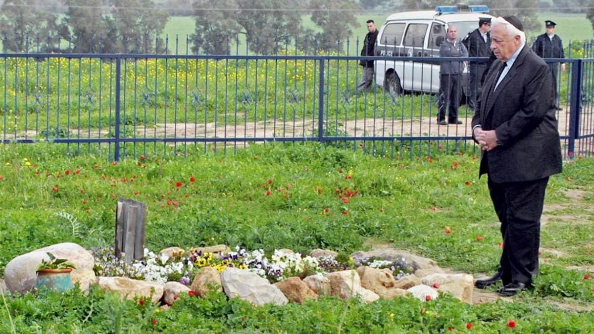 Ariel Sharon seisoo kivisen haudan edessä.