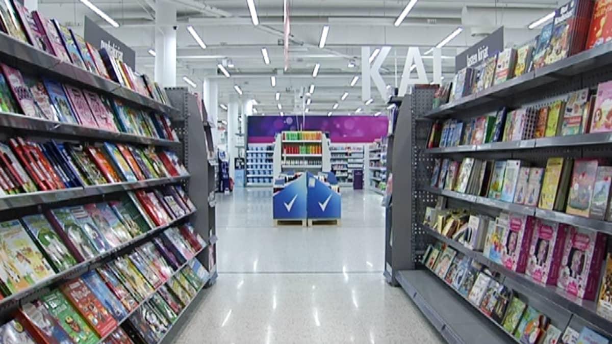 Kirjahyllyjä supermarketissa.