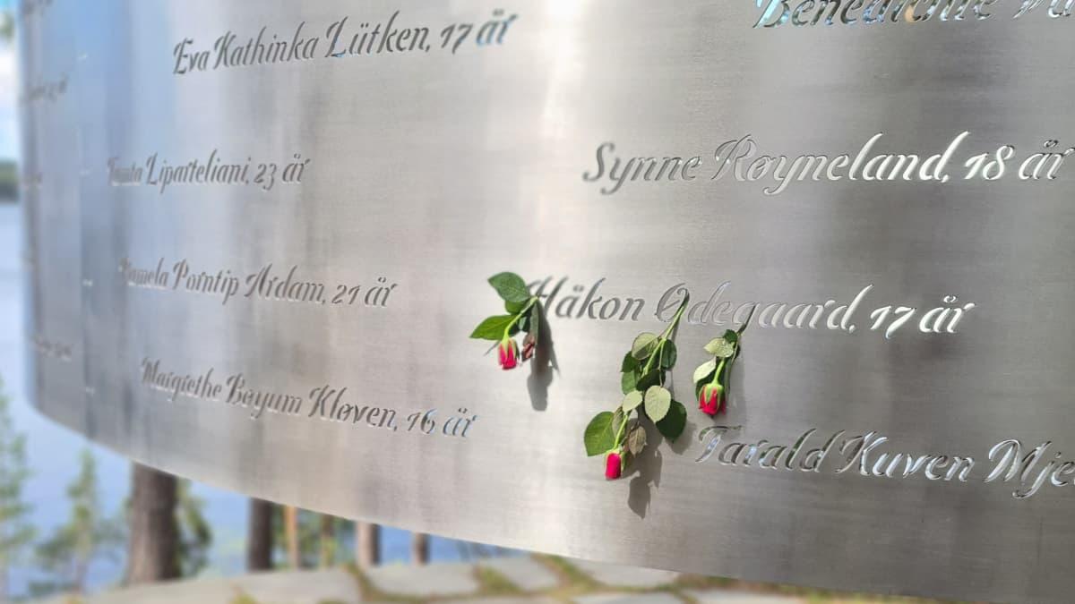 utöyan muistomerkkiin on ripustettu punaisia ruusuja heidän kohdalle, joilla on ollut syntympäivä