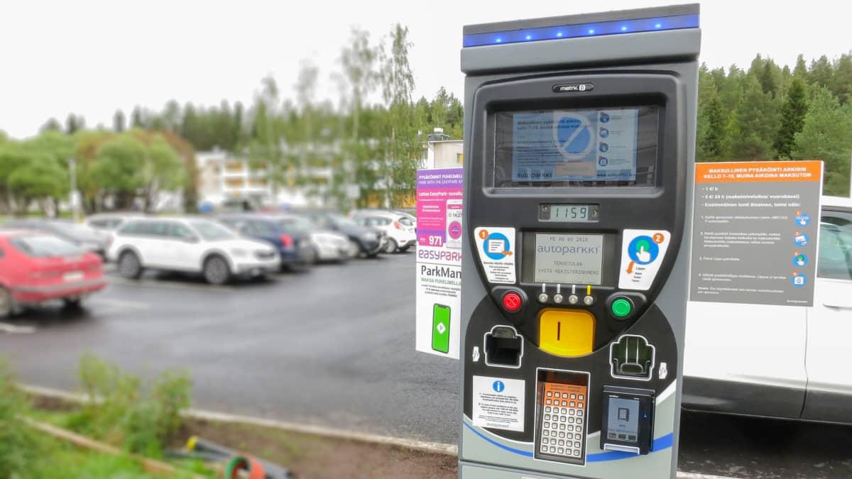 Lapin keskussairaalan pysäköintimaksuautomaatti näyttää päällepäin enemmän kuin vaikealta.