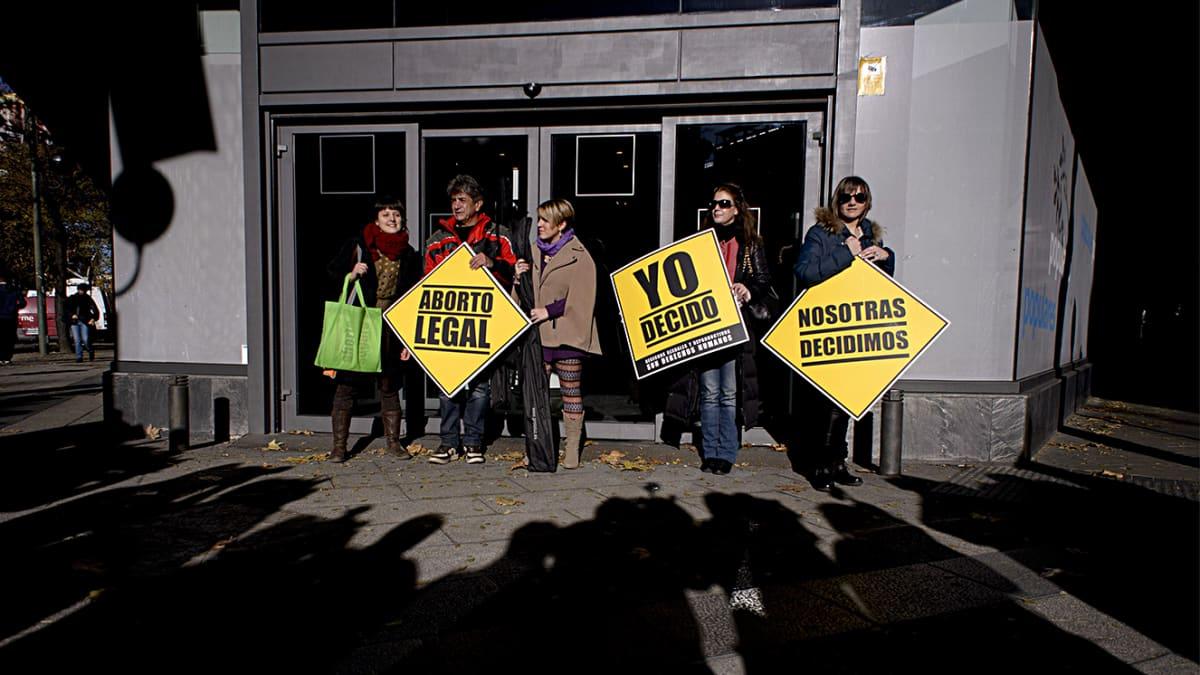 Pieni ryhmä mielenosoittajia.
