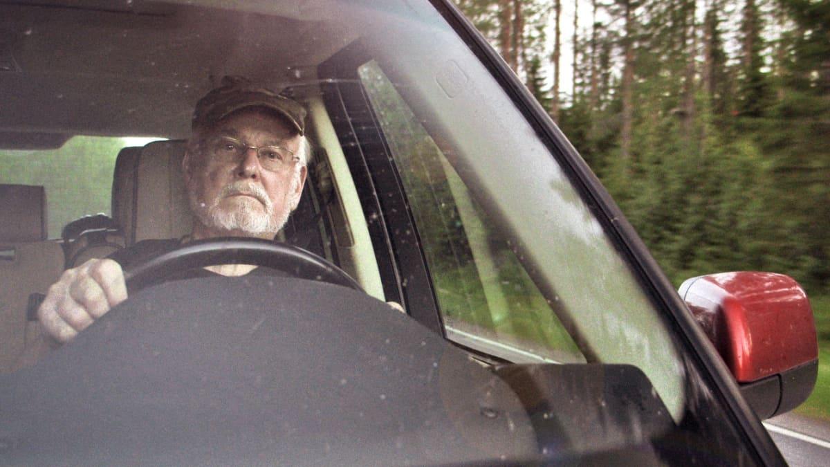 Hannu Karpo auton ratissa. Stillkuva elokuvasta.