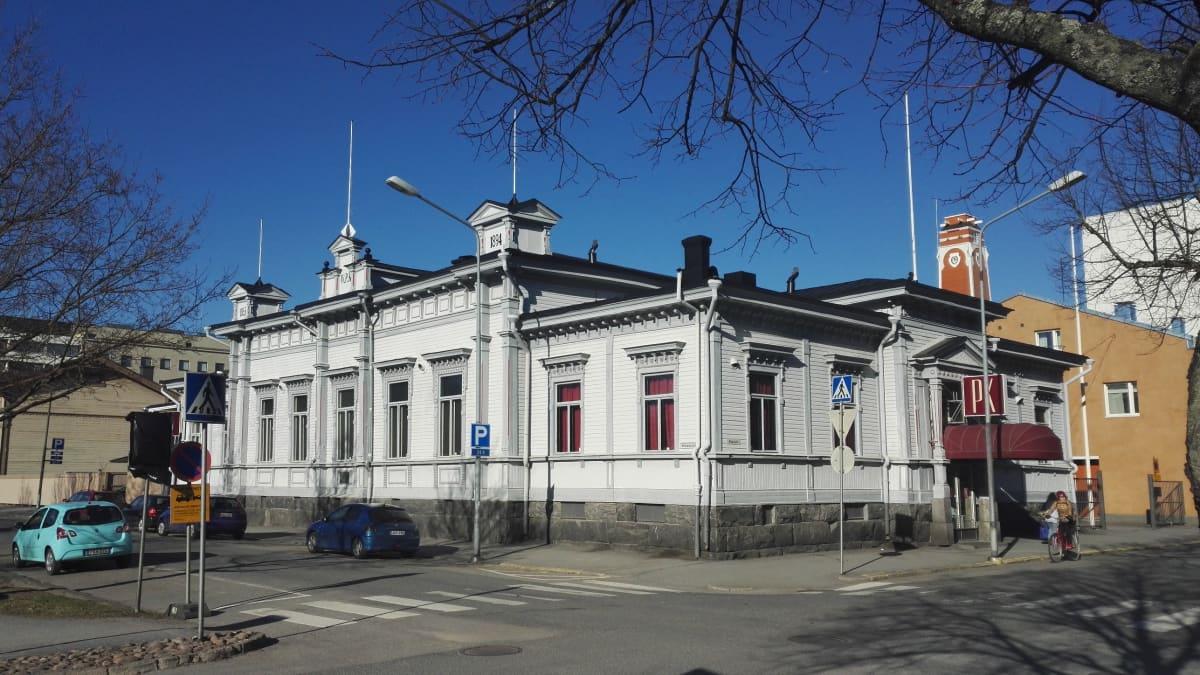 Yökerho Punainen Kukko Porin keskustassa.  Yökerho Punaisen Kukon toiminta jatkuu omistajavaihdoksesta huolimatta.