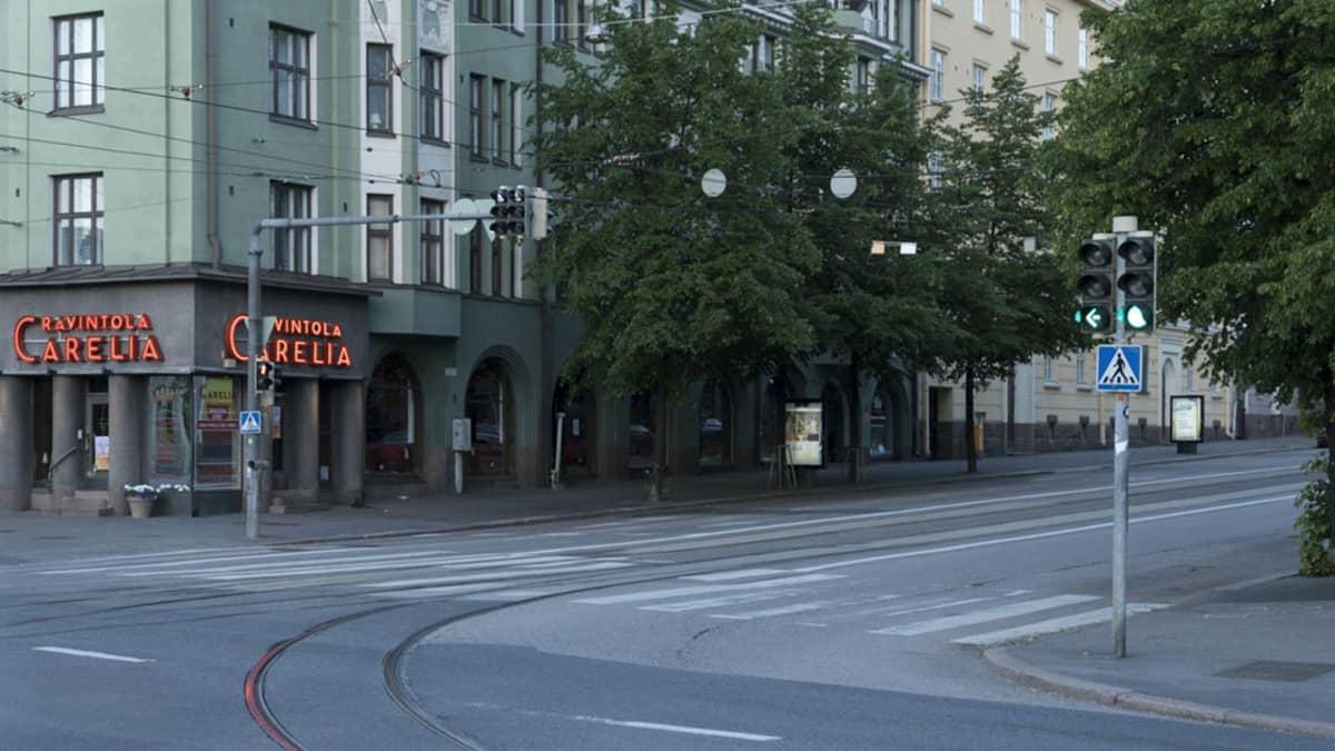 Runeberginkadun kulma kuvattuna Mannerheimintien suunnasta.