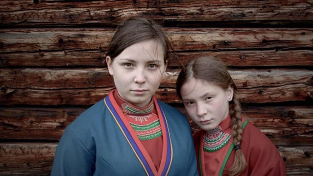 Lene Cecilia Sparrok (Elle-Marja) ja Mia Sparrok (Njenna)