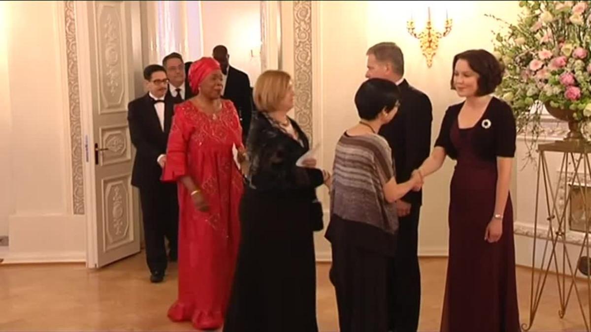 Uutisvideot: Iltapukujen eksotiikkaa ja kielten sorinaa presidentinlinnan diplomaattipäivällisillä