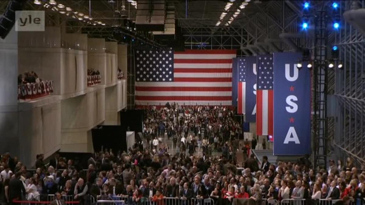 Uutisvideot: Video: Tunnelmia Clintonin ja Trumpin vaalivalvojaisista