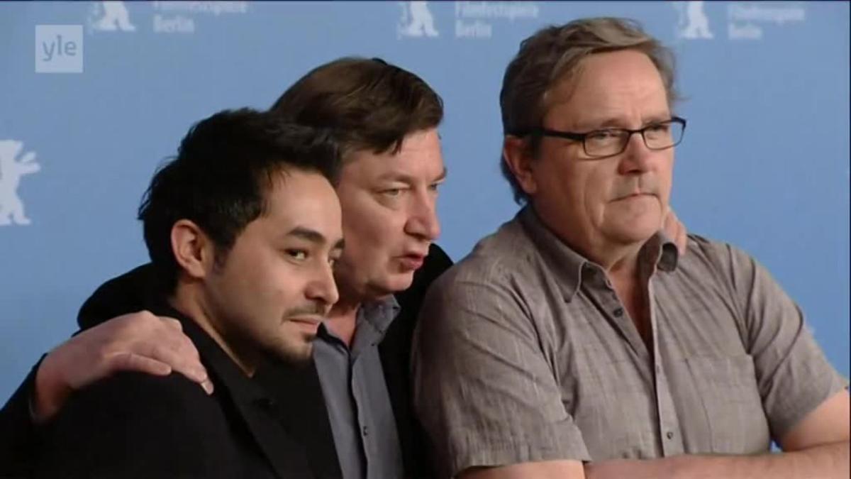 Uutisvideot: Aki Kaurismäki ja Sakari Kuosmanen yllättivät Berliinin elokuvajuhlien lehdistötilaisuudessa