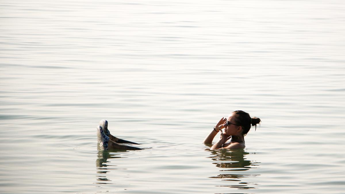 Uutisvideot: Venäläisturisti Ženja kiirehti Kuolleellemerelle mutakylpyyn, sillä järvi kutistuu uhkaavasti