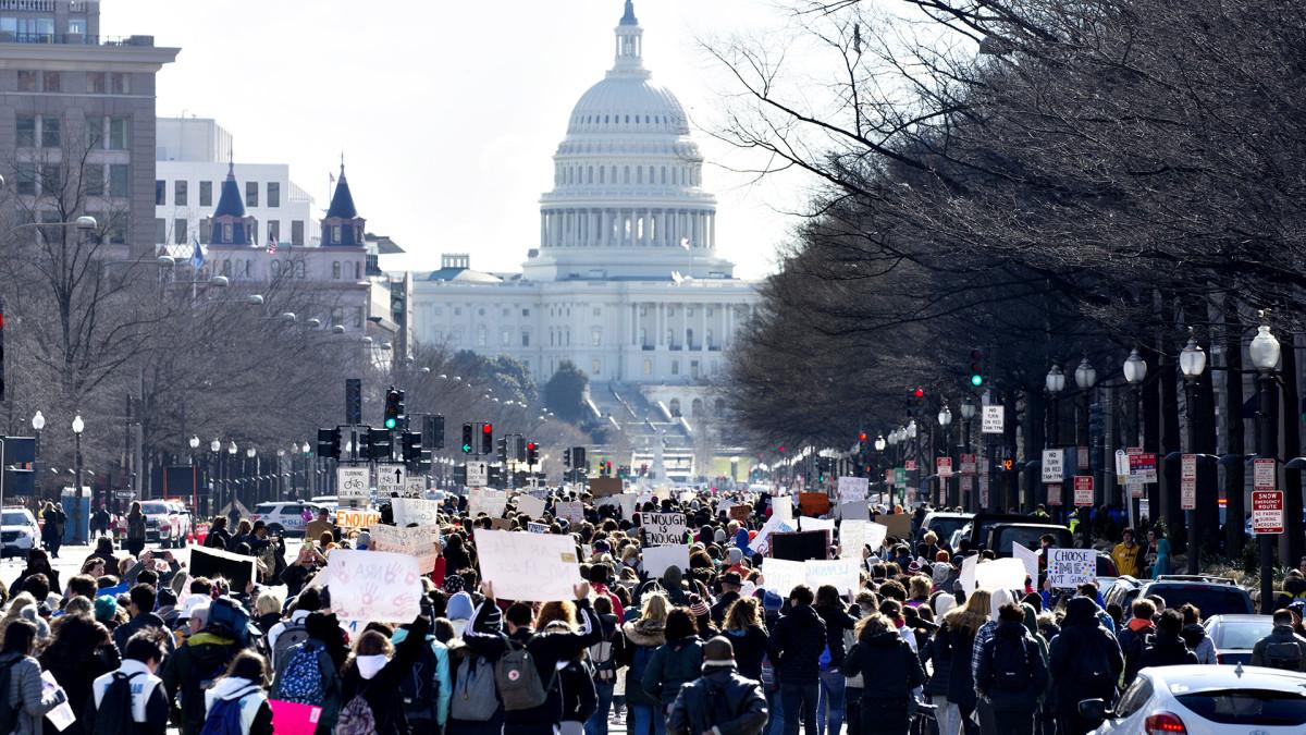 Yle Uutiset suora: Washingtonissa osoitetaan mieltä aseväkivaltaa vastaan