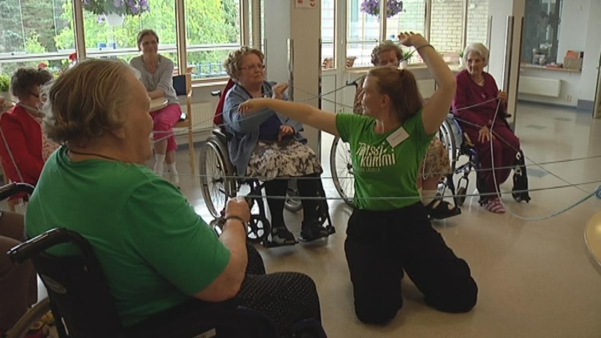 Tanssi voi olla myös mielen liikettä – vanhainkodin väkeä viedään Turussa tanssikummien tahtiin