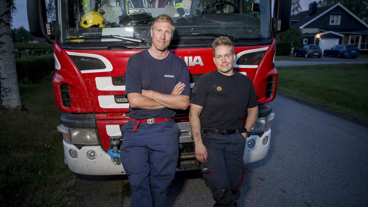 Marko Tolonen ja Kerttu Ylimartimo sammuttavat metsäpaloa Ruotsissa