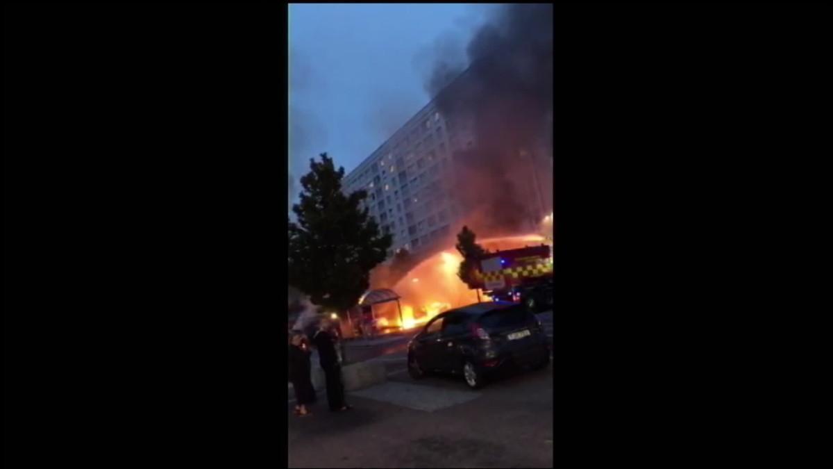 Ruotsissa paloi kymmeniä autoja