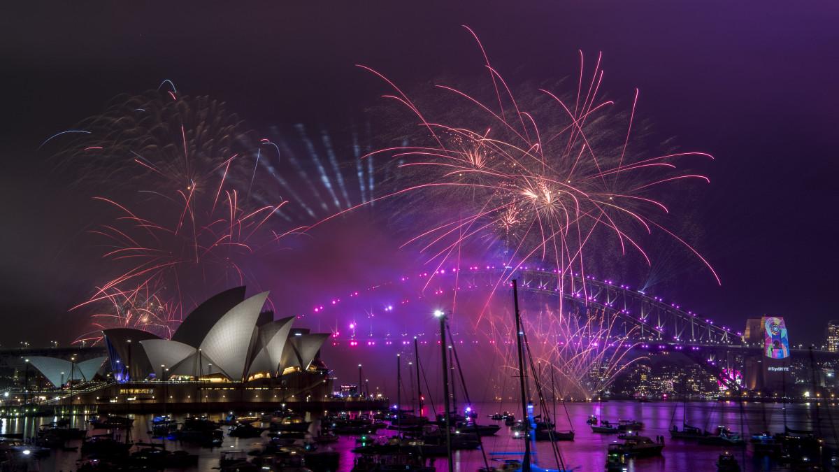 Näin vuosi vaihtui Aucklandissa, Sydneyssä, Hongkongissa ja Bangkokissa – katso ilotulitukset