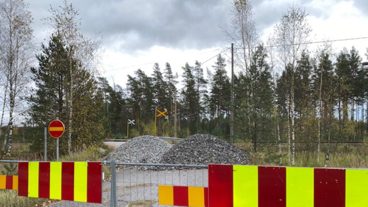 Skogbyn tasoristeyspaikalla ylitys on estetty sorakasoin
