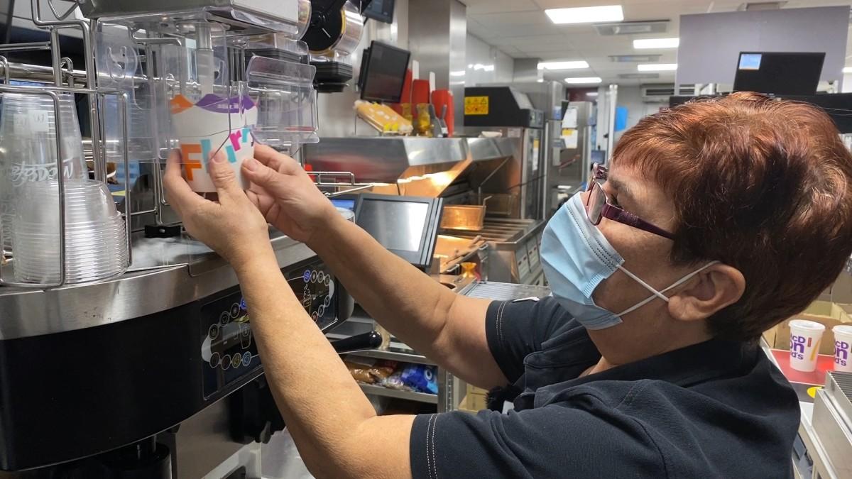 """Elina Nevalainen, 65, on Suomen McDonald'sin vanhin ravintolatyöntekijä – """"Aion jatkaa niin kauan kuin terveyttä riittää"""""""