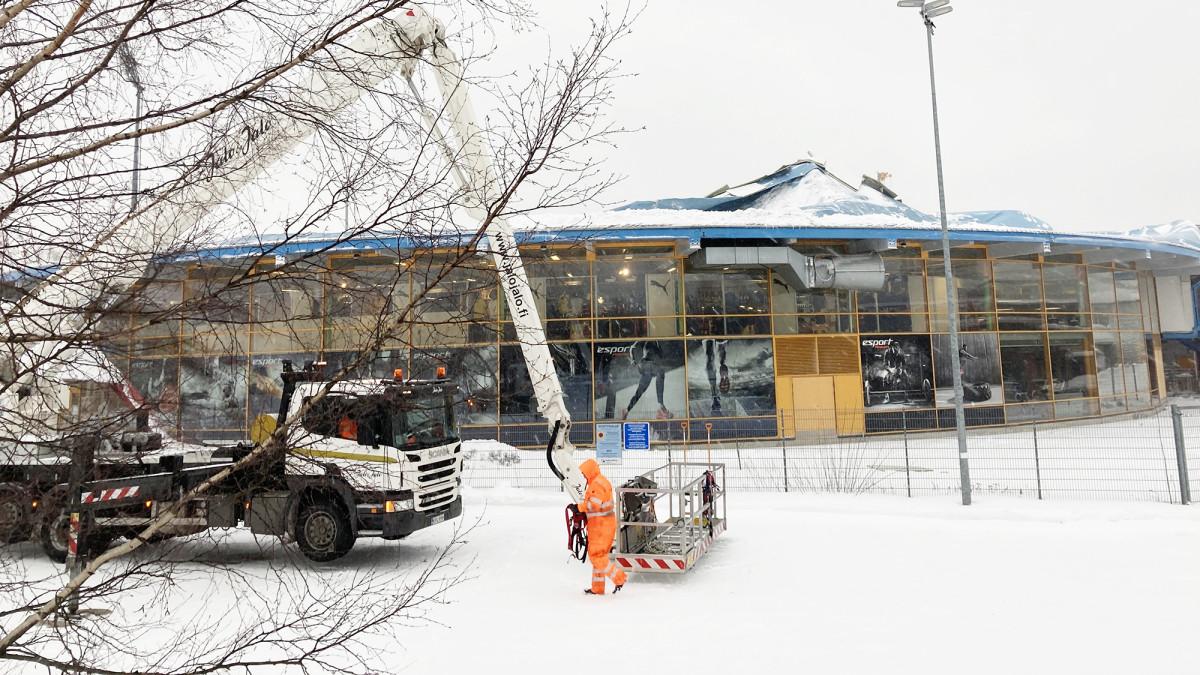 Ison kuplahallin katto repeytyi Espoossa