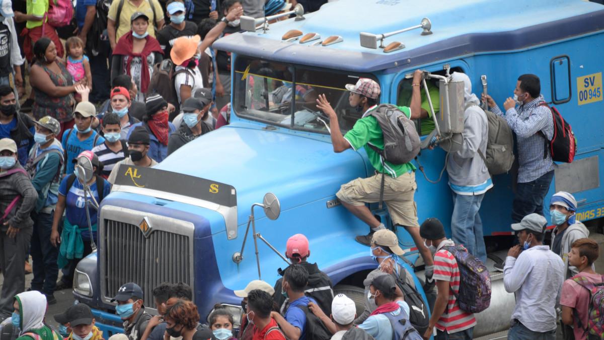 Tuhannet hondurasilaiset pyrkivät Guatemalan ja Meksikon läpi Yhdysvaltoihin