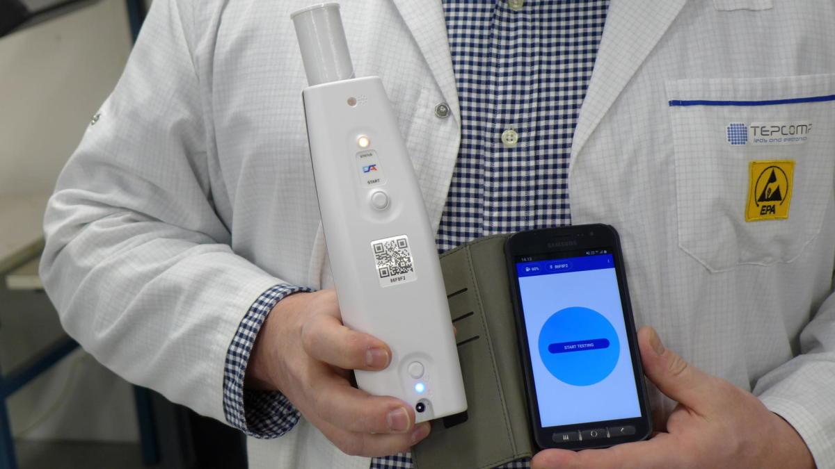 Puhallustesteri antaa minuutissa tiedon koronatartunnasta – laitteiden valmistus alkaa Suomessa