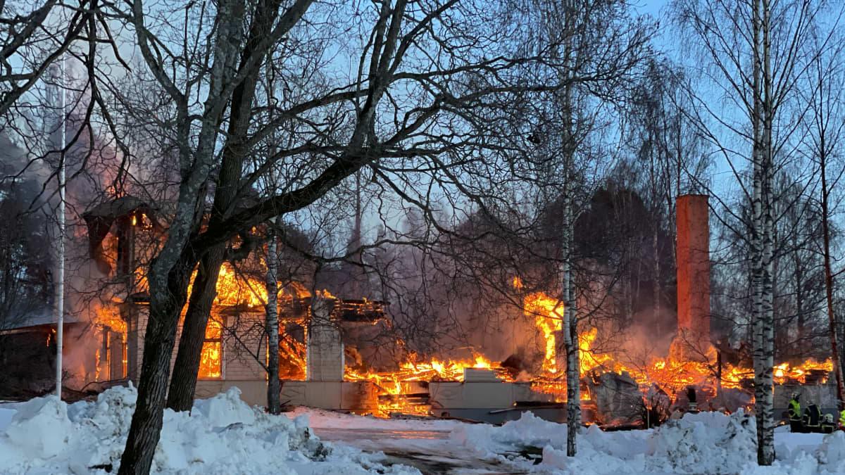Historiallinen puukartano tuhoutuu tulipalossa Varkaudessa