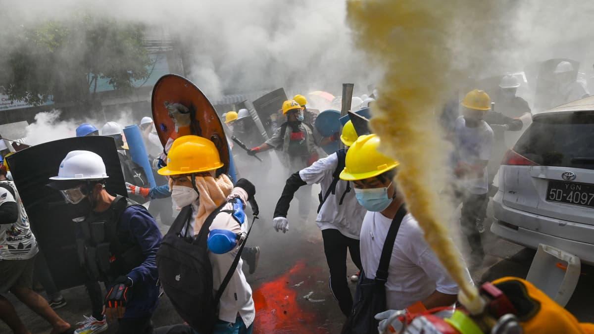 Videolla mielenosoituksia Yangonissa ja Mandalayssa keskiviikkona 3. maaliskuuta.