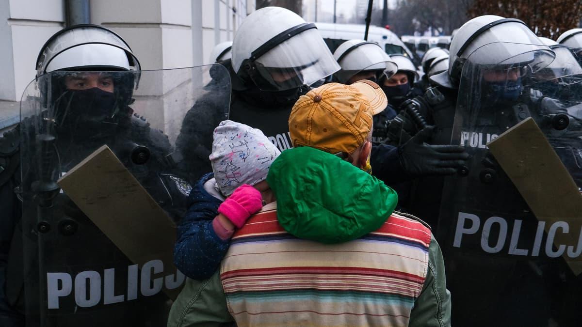 Puolassa marssitaan aborttilakia vastaan