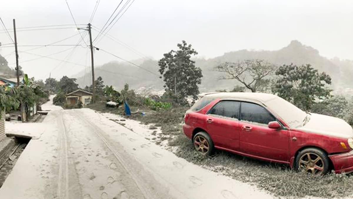 Saint Vincentin saarella tuhkapilvi pimensi auringon ja peitti maan tuhkalla