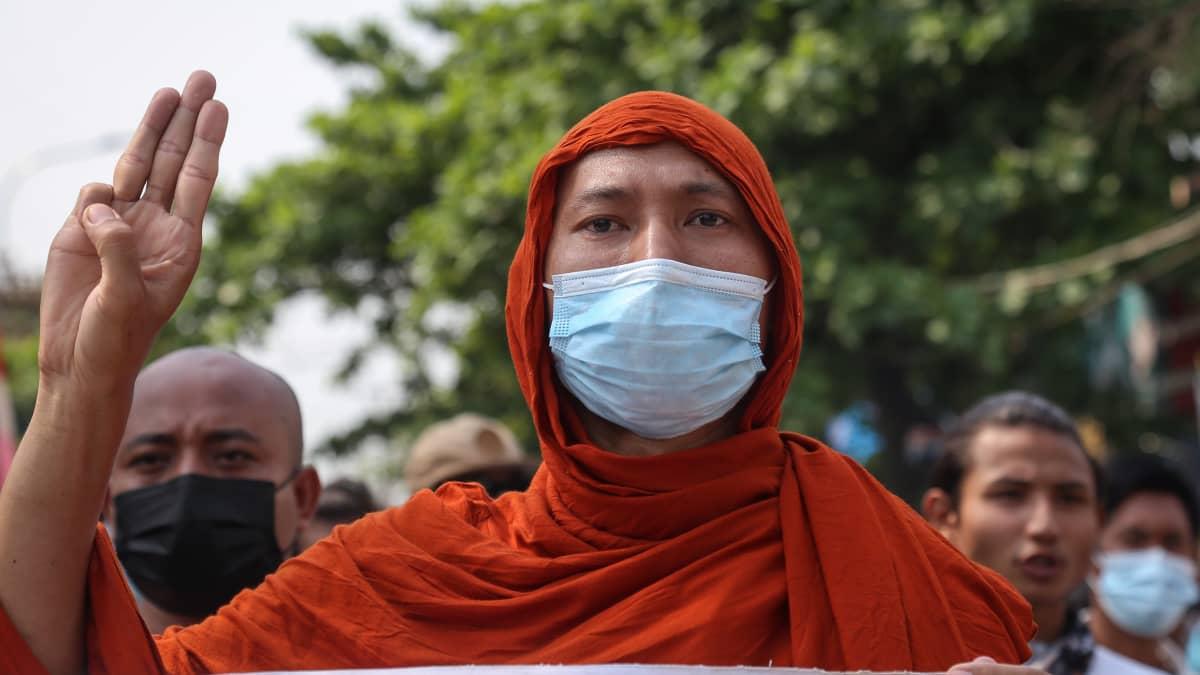 Videolla mielenosoituksia eri puolella Myanmaria