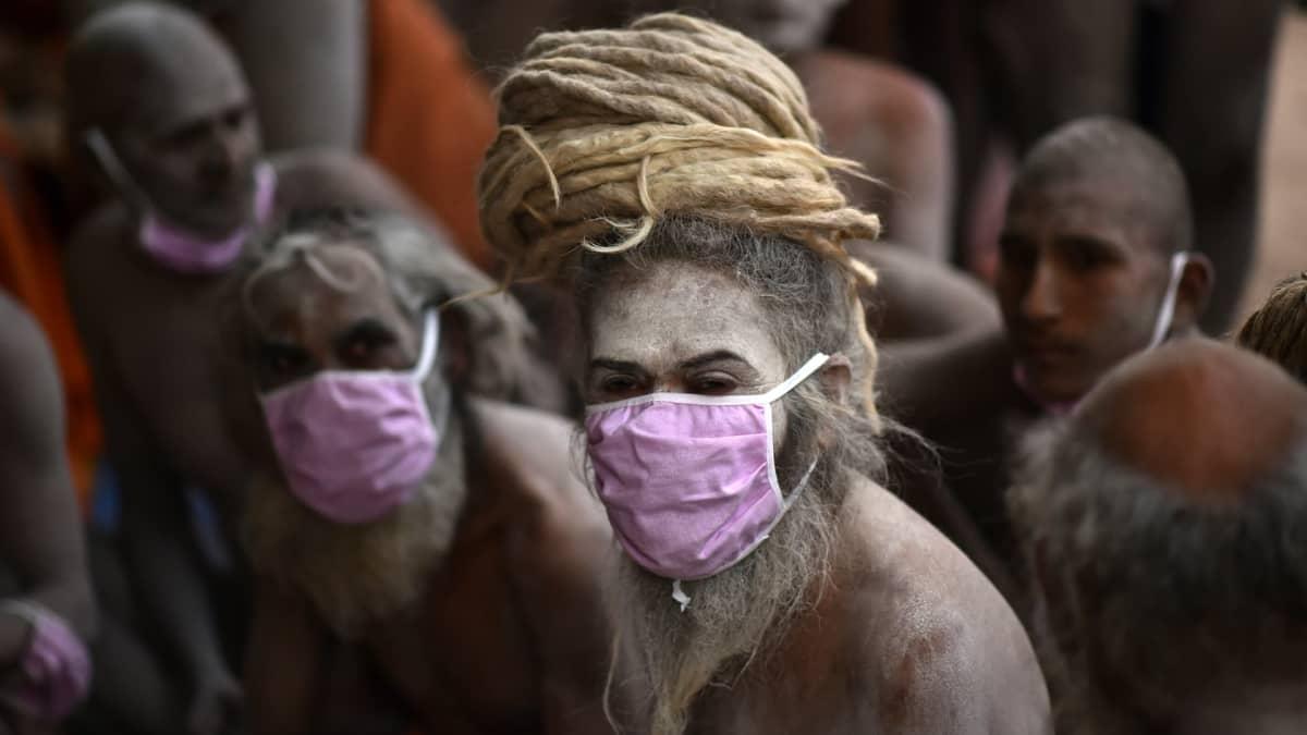 Kumbh mela on merkittävä juhla hinduille, jotka tulevat huuhtomaan syntinsä Ganges-jokeen.