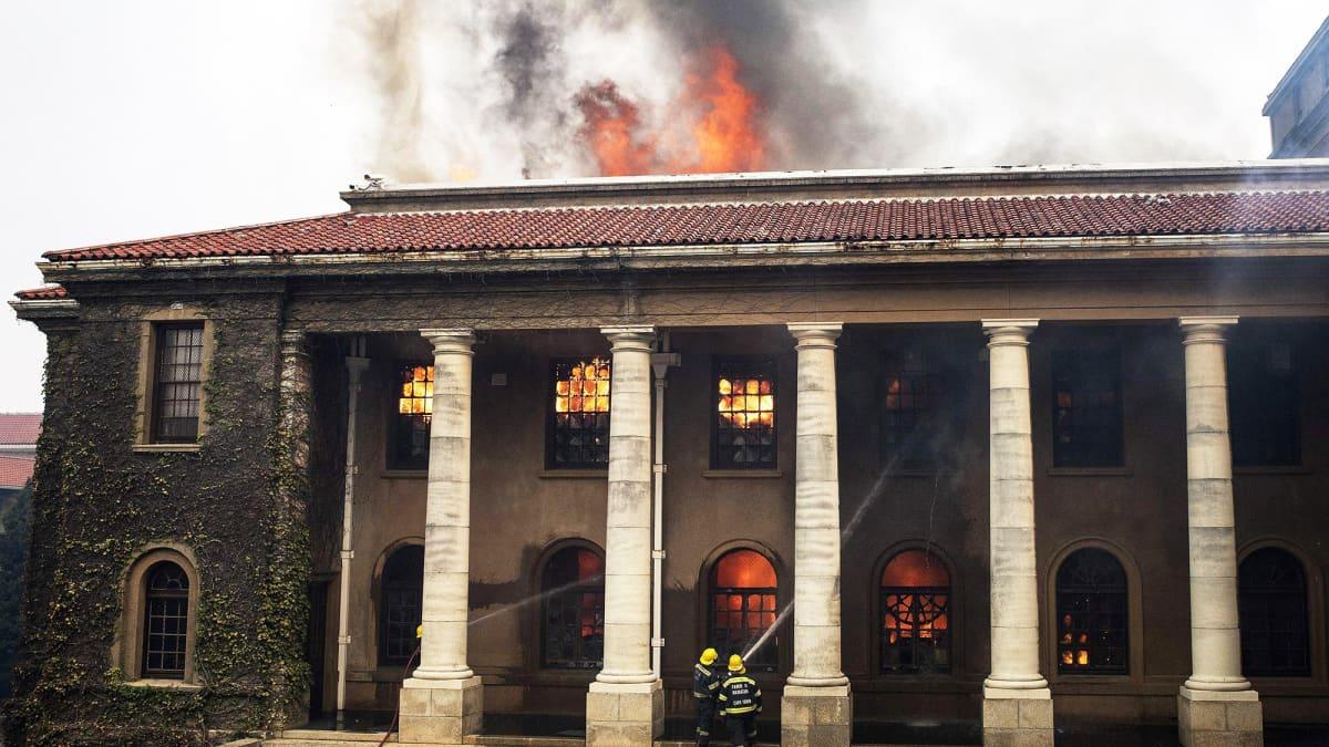 Palomiehet yrittävät sammuttaa Pöytävuoren kansallispuistossa riehuvaa maastopaloa.