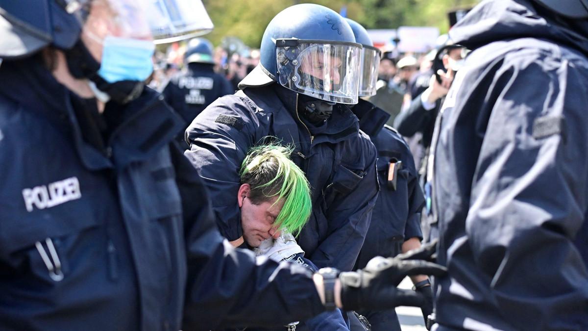 Koronarajoituksia vastustavat mielenosoittajat ottivat yhteen poliisin kanssa Berliinissä.