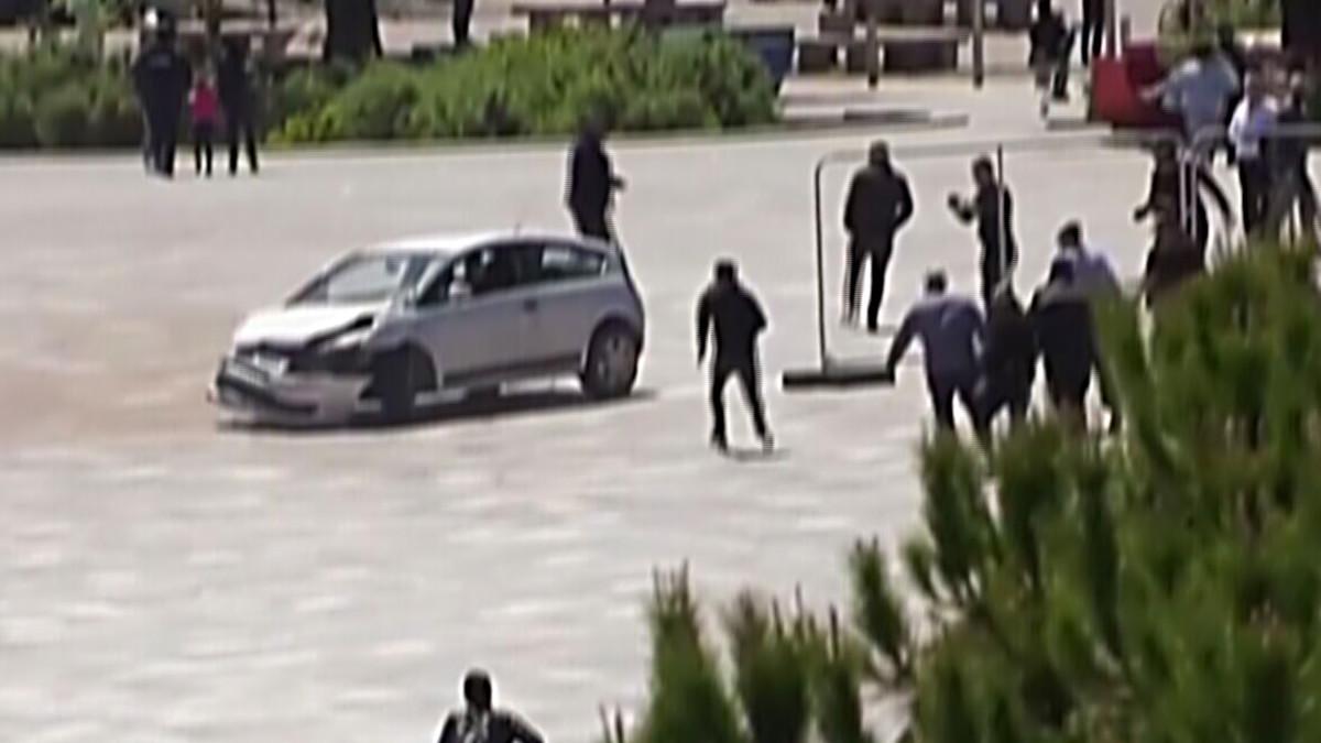 Mies hyppää jalat edellä autoon pysäyttääkseen holtittomasti ajaneen kuljettajan Albaniassa