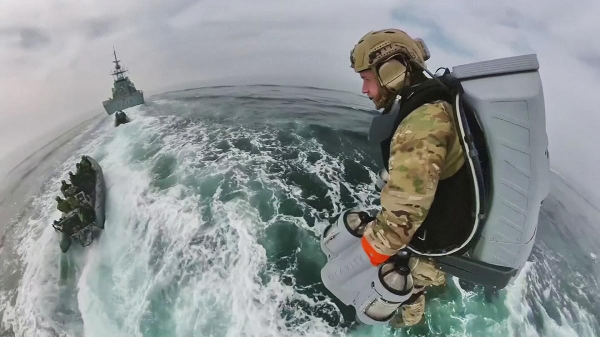 Britannian merijalkaväki testaa lentopukuja