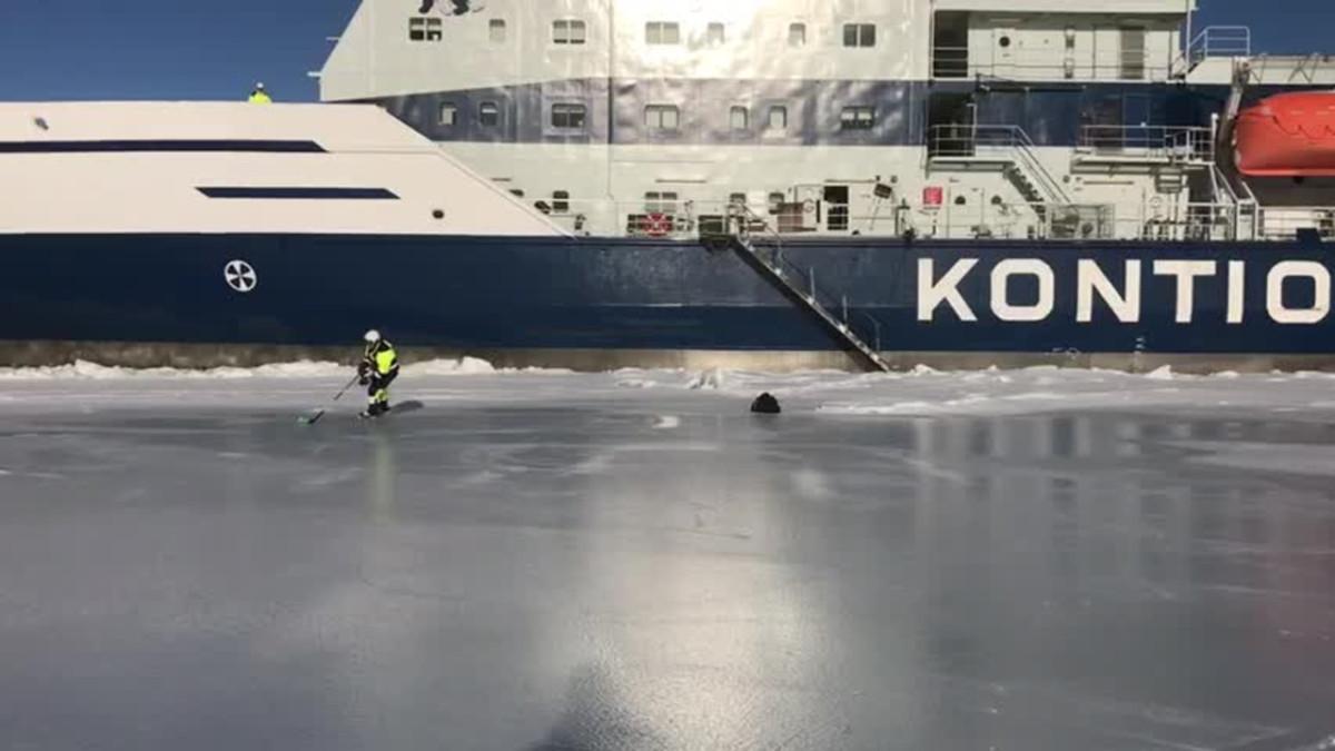 Jäänmurtajaa ajava Miikka Ylikoski veti luistimet jalkaan lähellä Kemin Ajoksen satamaa. Videon kuvasi Kontion matruusi Karita Kytösaho.